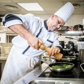 Image représentant un membre de l'équipe du Casa Leya, le chef de cuisine Dominique